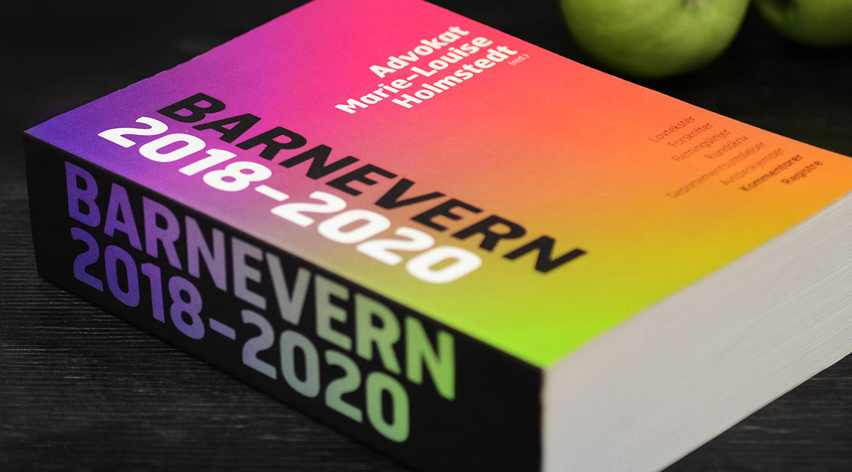 Barnevernboka 2018-2020 med fargerikt omslag foran 3 grønne epler